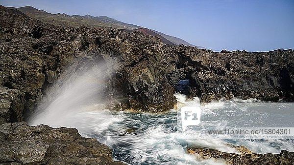 Gischt des stürmischen Atlantik an der Steilküste  La Palma  Kanaren  Spanien  Europa