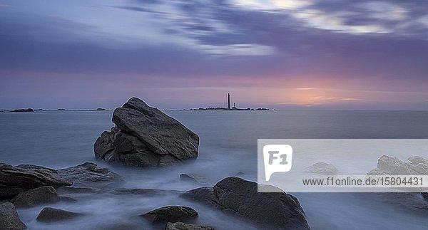 Blick zum Leuchtturm auf der I´lle Vierge in der Abenddämmerung  Plouguerneau  Département Finistère  Frankreich  Europa