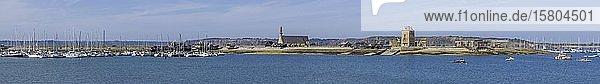 Jachthafen Kirche Notre Dame de Rocamadour und Turm von Vauban  Camaret-sur-Mer  Département Finistère  Frankreich  Europa