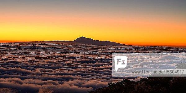 Blick von La Palma zum Teide auf Teneriffa bei Sonnenaufgang  La Palma  Kanaren  Spanien  Europa