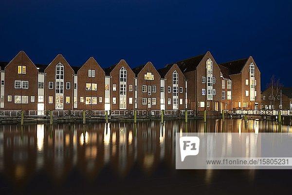 Wohngebäude am Binnenhafen  Abenddämmerung  Husum  Nordfriesland  Schleswig-Holstein  Deutschland  Europa