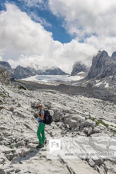 Wanderin  alpine Landschaft  Großer Gosaugletscher  Dachstein und Torstein  Salzkammergut  Oberösterreich  Österreich  Europa