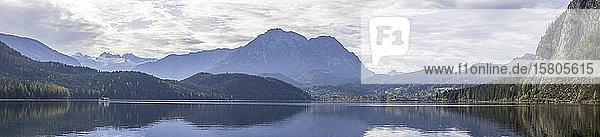 Ausflugsboot und Blick über den Altausseersee zum Dachstein  Altaussee  Steiermark  Österreich  Europa
