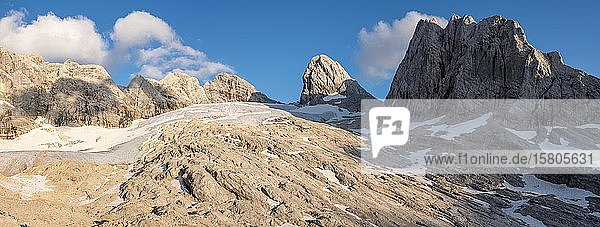 Alpine Landschaft  Großer Gosaugletscher  Berge von links nach rechts Torstein  Mitterspitz  Hoher und Niederer Dachstein  Hohes Kreuz  Salzkammergut  Oberösterreich  Österreich  Europa