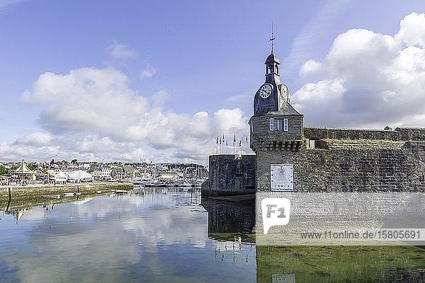 Uhrturm an der Stadtmauer  Concarneau  Département Finistère  Frankreich  Europa