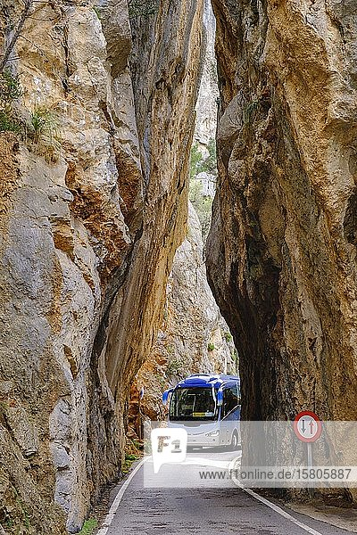 Reisebus im Felsentor sa Bretxa  Bergstraße MA-2141  Sa Calobra  Serra de Tramuntana  Mallorca  Balearen  Spanien  Europa