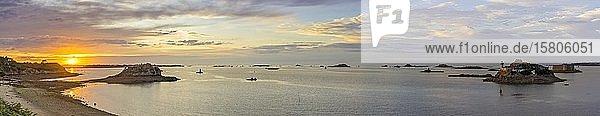 Sonnenuntergang beim Plage Tahiti und Leuchtturm auf der Ile Louet und Chateau du Taureau  Carantec  Département Finistère  Frankreich  Europa
