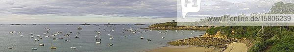 Strand und Boote in der Bucht bei  Carantec  Département Finistère  Frankreich  Europa