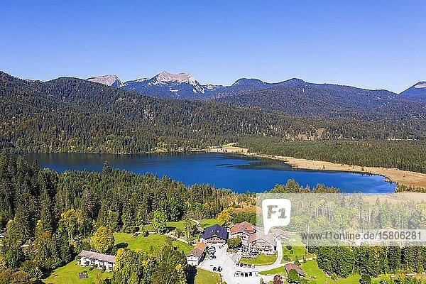 Barmsee mit Alpengasthof bei Krün  Berge Bischof und Krottenkopf im Estergebirge  Werdenfelser Land  Drohnenaufnahme  Oberbayern  Bayern  Deutschland  Europa