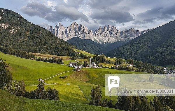 Kirche St. Magdalena und Felder  Villnößtal  hinten Geislergruppe mit Sass Rigais  St. Magdalena  Bozen  Südtirol  Italien  Europa