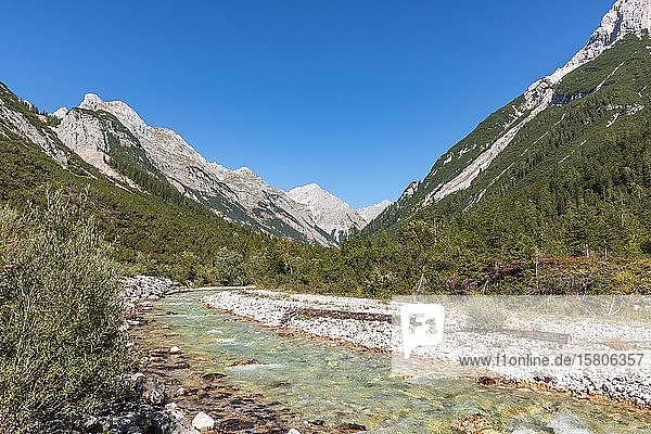Ausblick in das Karwendeltal mit Berggipfeln  Karwendelbach  Tirol  Österreich  Europa