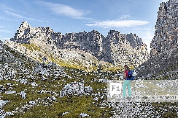 Junge Wanderin auf einem Wanderweg  Sorapiss Umrundung  hinten Bergrücken  Berg Punte Tre Sorelle  Dolomiten  Belluno  Italien  Europa