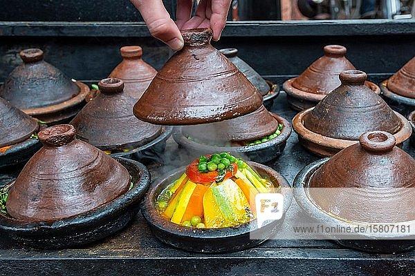 Gemüse wird in der Tajine zubereitet  Marrakesch  Marokko  Afrika