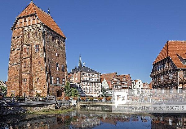 Turm Abtswasserkunst  Fachwerkhäuser Am Stintmarkt und Restaurant Lüner Mühle  Altstadt  Lüneburg  Niedersachsen  Deutschland  Europa
