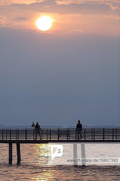 Silhouette  Angler auf Steg im Morgenlicht  Altnau  Bodensee  Thurgau  Schweiz  Europa