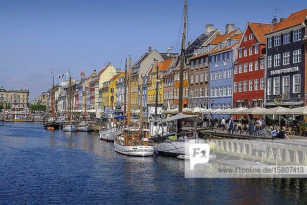 Bunte Häuser und Segelboote am Nyhavn-Kanal  Kopenhagen  Dänemark  Europa