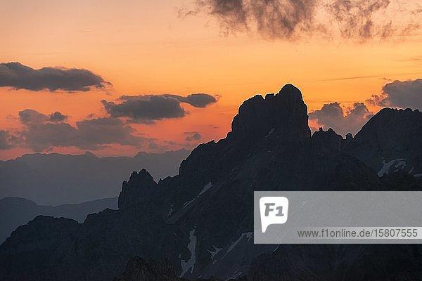 Abendrot  Sonnenuntergang  zerklüftete Berggipfel  Gosaukamm mit Bischofsmütze  Salzkammergut  Oberösterreich  Österreich  Europa
