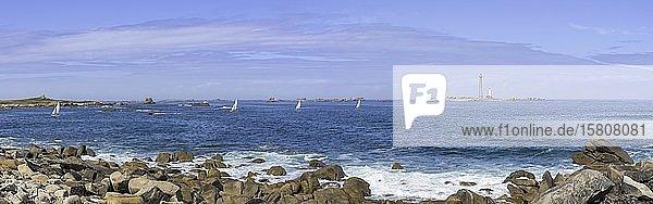Blick zum Leuchtturm auf der I´lle Vierge und Segelboote  Plouguerneau  Département Finistère  Frankreich  Europa