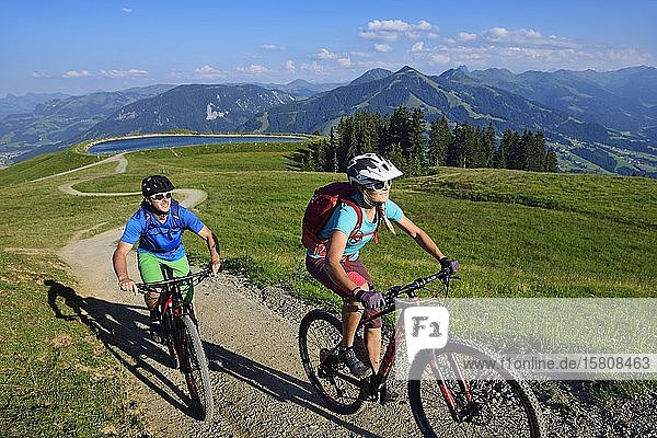 Mountain bikers on the south side of the Hohe Salve at the Salvensee  Hopfgarten  Kitzbühel Alps  Tyrol  Austria  Europe