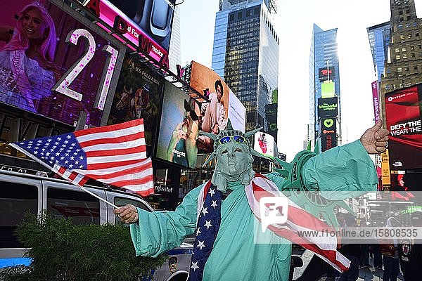 Freiheitsstatue als Fotoobjekt für Touristen am Times Square  Manhattan  New York City  New York State  USA  Nordamerika Freiheitsstatue als Fotoobjekt für Touristen am Times Square, Manhattan, New York City, New York State, USA, Nordamerika