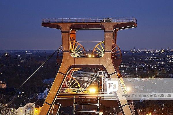 Illuminiertes Fördergerüst der Zeche Zollverein Schacht XII am Abend  Essen  Ruhrgebiet  Nordrhein-Westfalen  Deutschland  Europa