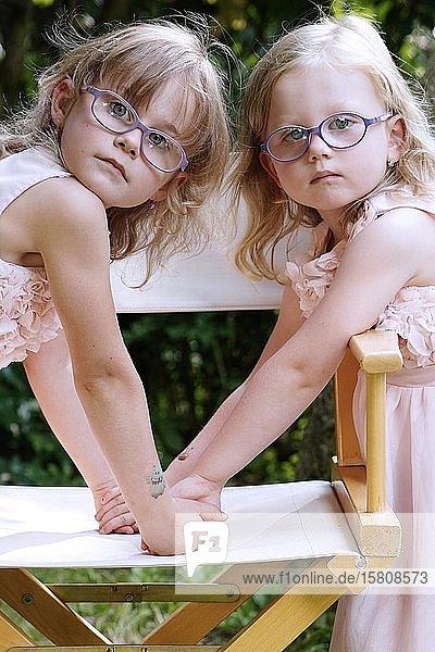 6 Jahre alt  3 Jahre alt  zwei Mädchen  Geschwister  Portrait  Tschechien  Europa