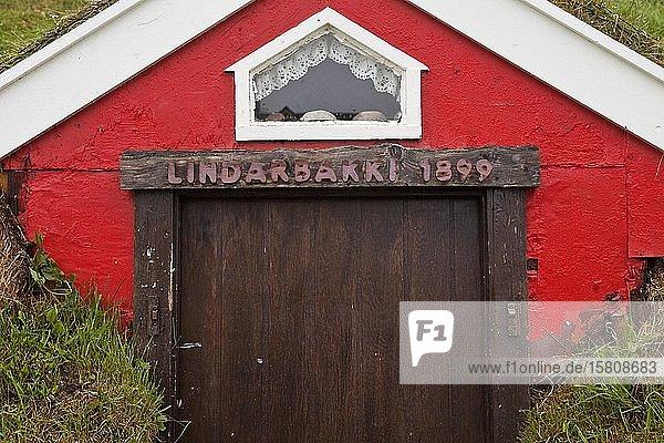Lindarbakki  traditionell mit Torf geschütztes Holzhaus von 1899  Bakkagerdi  auch Borgarfjördur eystri genannt  Ostisland  Island  Europa