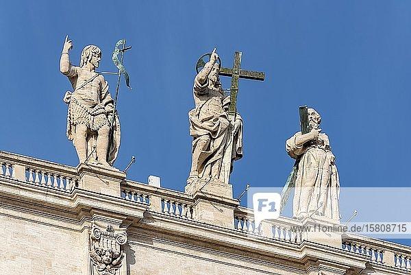 Statuen von Johannes dem Täufer  Jesus Christus und dem heiligen Andreas  Fassade  Petersdom  Piazza San Pietro  Vatikan  Rom  Italien  Europa