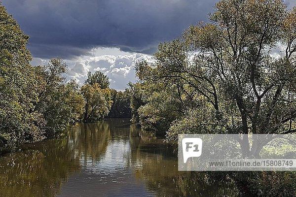 Fluss Ruhr mit Gewitterstimmung am Haus Füchten  Ense  Sauerland  Nordrhein-Westfalen  Deutschland  Europa