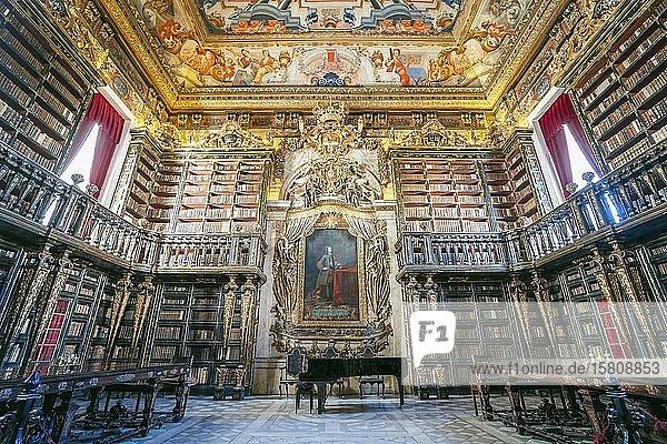 Innenraum der Bibliothek in der historischen Universität von Coimbra  Portugal  Europa