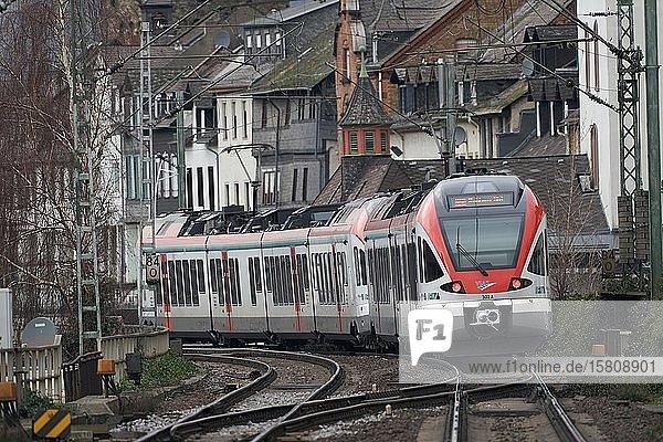 Personenzug fährt durch die Altstadt  Kaub  Rheinland-Pfalz  Deutschland  Europa
