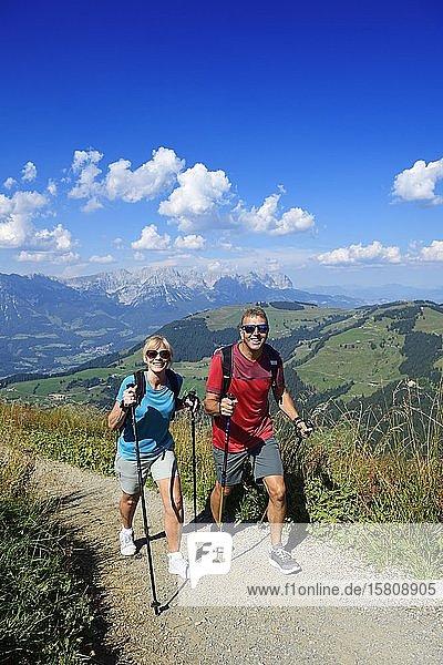 Wanderer auf dem Gipfelpanoramaweg der Hohen Salve  Hopfgarten  Brixental  Kitzbüheler Alpen  Tirol  Österreich  Europa