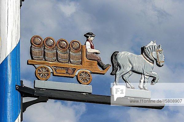 Zunftzeichen am Maibaum  symbolhafte Darstellung vom Beruf Brauereikutscher  Haag in Oberbayern  Oberbayern  Bayern  Deutschland  Europa