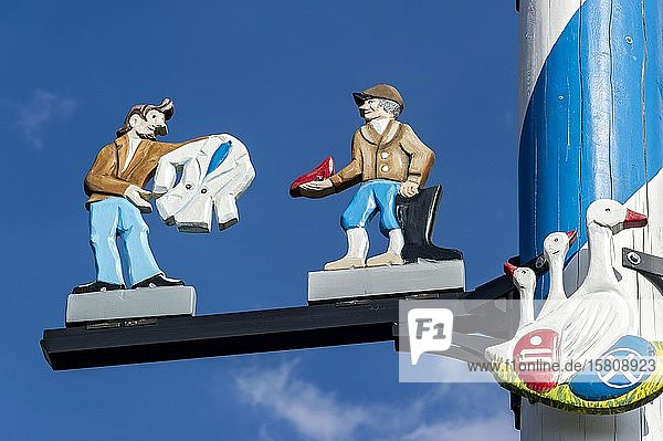 Zunftzeichen am Maibaum  symbolhafte Darstellung der Berufe Schneider und Schuster  Haag in Oberbayern  Oberbayern  Bayern  Deutschland  Europa