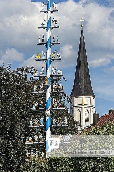 Maibaum mit Zunftzeichen  Glockenturm der neugotischen Pfarrkirche Mariä Himmelfahrt  Haag in Oberbayern  Oberbayern  Bayern  Deutschland  Europa