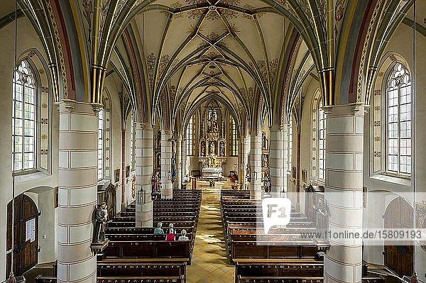 Innenraum  Langhaus und Chor mit Hochaltar vom Meister von Rabenden  spätgotische Pfarrkirche St. Laurentius  Obing  Chiemgau  Oberbayern  Bayern  Deutschland  Europa