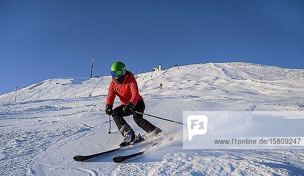 Skifahrerin fährt steile Abfahrt hinunter  schwarze Piste  Hohe Salve  SkiWelt Wilder Kaiser  Brixen im Thale  Tirol  Österreich  Europa