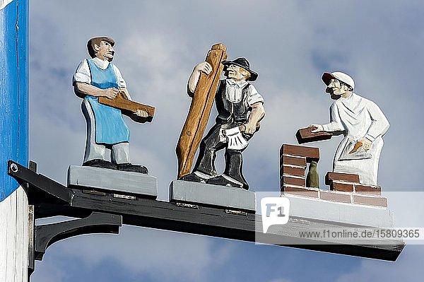 Zunftzeichen am Maibaum  symbolhafte Darstellung der Berufe Schreiner  Zimmermann und Maurer  Haag in Oberbayern  Oberbayern  Bayern  Deutschland  Europa