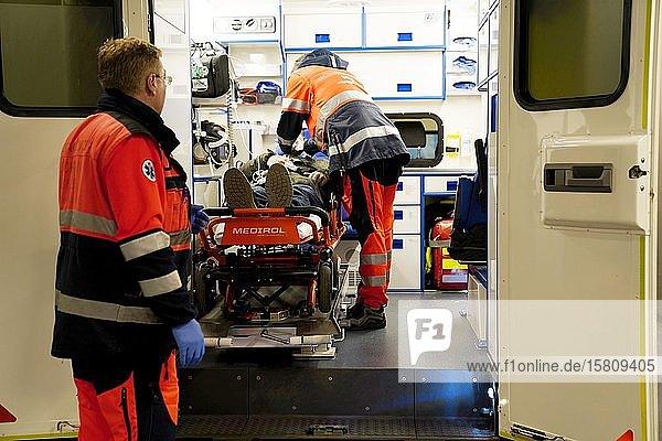 Ankunft des Krankenwagens mit dem Patienten ins Krankenhaus  Karlsbad  Tschechien  Europa