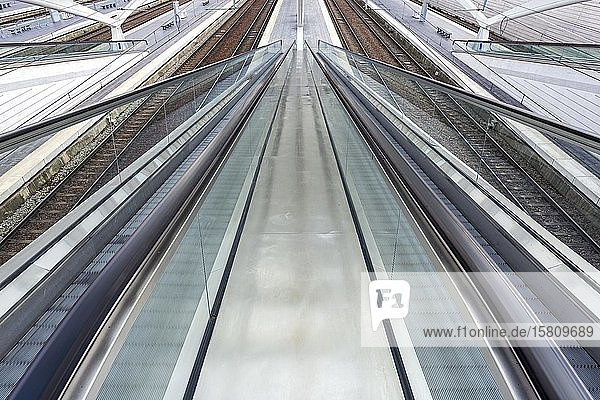 Rolltreppe im Bahnhof von Lüttich  Gare de Liège-Guillemins  entworfen vom spanischen Architekten Santiago Calatrava  Lüttich  Wallonische Region  Belgien  Europa