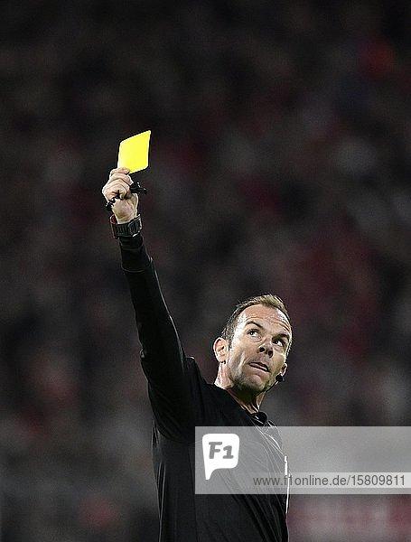 Schiedsrichter Referee Marco Fritz zeigt gelbe Karte  Allianz Arena  München  Bayern  Deutschland  Europa