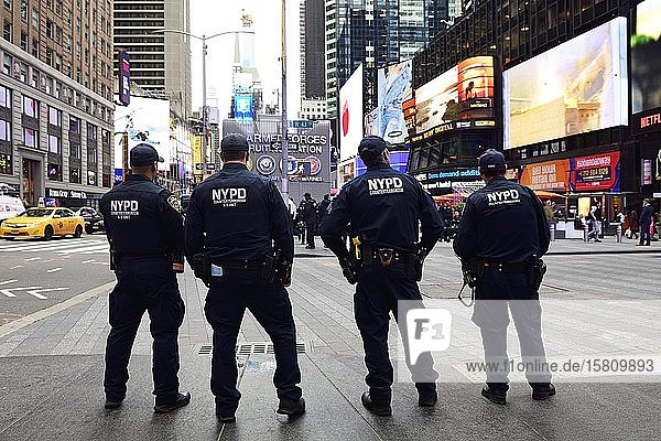 Anti-Terror-Polizisten patroullieren am Times Square  Manhattan  New York City  New York State  USA  Nordamerika