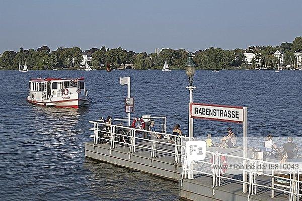 Linienboot auf der Außenalster  Fähranleger Rabenstraße  Hamburg  Deutschland  Europa