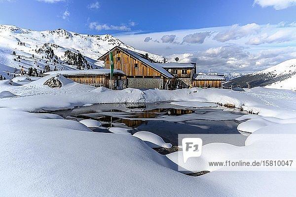 Verschneite Lizumer Hütte mit kleinem Bergsee im Winter  Wattentaler Lizum  Tuxer Alpen  Tirol  Österreich  Europa