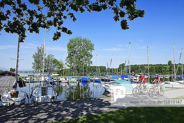 Couple with electric bikes in the port of Matzing on Lake Wallersee  Salzburg Lake District  Salzburg Land  Austria  Europe