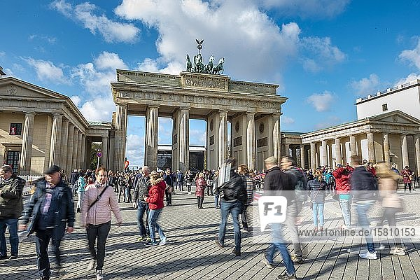 Menschenmenge  Touristen vor dem Brandenburger Tor  Berlin  Deutschland  Europa