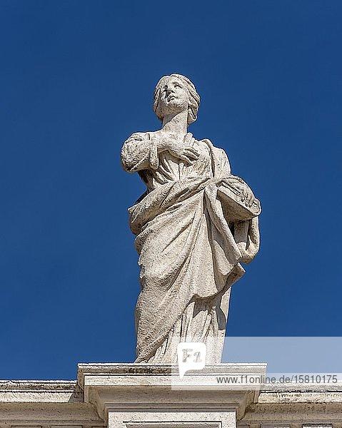 Statue der Heiligen Macrina auf den Bernini Kolonnaden  Petersplatz  Vatikan  Rom  Italien  Europa