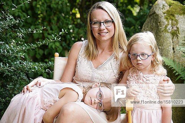 Mutter mit Töchtern  6 Jahre alt  3 Jahre alt  zwei Mädchen  Geschwister  Portrait  Tschechien  Europa