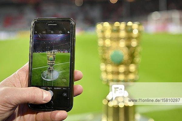 Handy  Smartphone fotografiert Original DFB-Pokal  Trophäe  Allianz Arena  München  Bayern  Deutschland  Europa