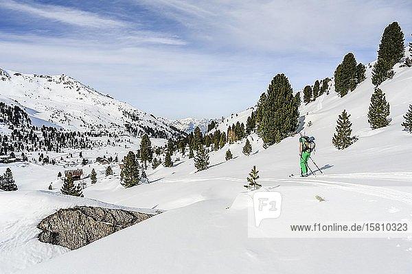 Skitourengeher in verschneiter Berglandschaft  Wattentaler Lizum  Tuxer Alpen  Tirol  Österreich  Europa